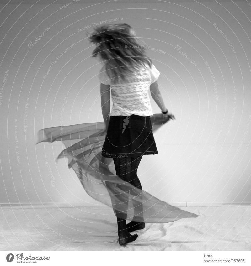 Nelly feminin Junge Frau Jugendliche 1 Mensch Tanzen T-Shirt Rock Strumpfhose Stoff blond langhaarig drehen toben Freude Lebensfreude Willensstärke Tatkraft
