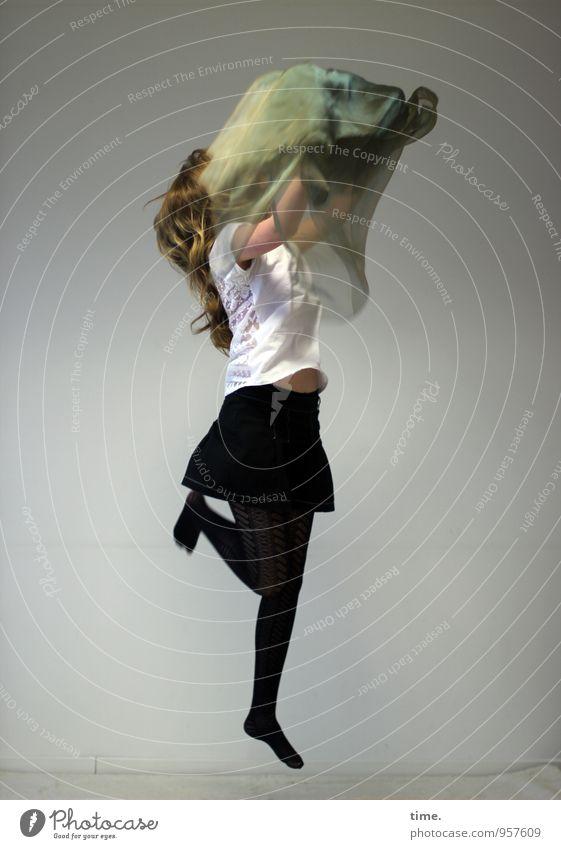 Nelly feminin Junge Frau Jugendliche 1 Mensch Tanzen T-Shirt Rock Strumpfhose Stoff blond langhaarig drehen springen toben Freude Lebensfreude Willensstärke