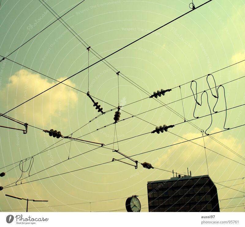 Fahrstromversorgungsverbindungspunkte Oberleitung durcheinander Uhr Bahnhofsuhr Gleise Bahnsteig verjüngen verbinden Blog Website Vernetzung Elektrisches Gerät