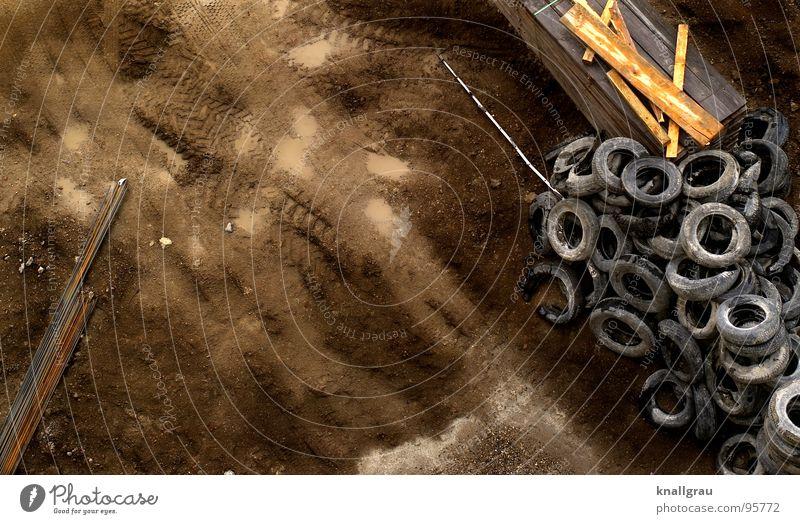 Spuren im Sand Baustelle Stab Holzbrett Gummi Reifenspuren Baumaschine Konstruktion Demontage Müllhalde Erneuerung Mindestlohn Bauarbeiter Grundstein Fundament