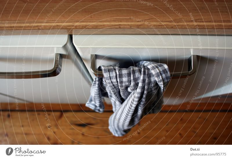 kitchen joy Küche Sauberkeit Häusliches Leben unten Möbel abwärts Oberfläche fertig Haushalt Anschnitt Bildausschnitt Handtuch Holzfußboden Maserung Feierabend Edelstahl