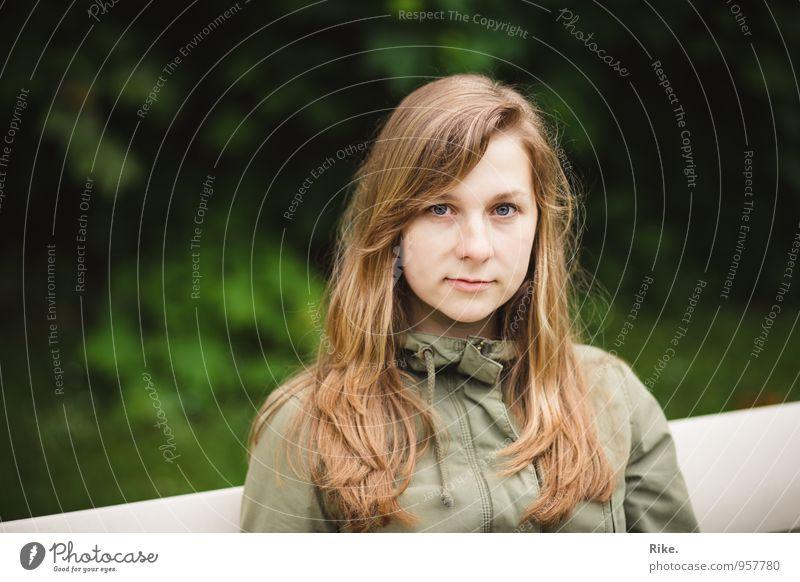 An sich glauben. Mensch Kind Jugendliche schön grün Junge Frau Einsamkeit ruhig 18-30 Jahre Erwachsene Gesicht feminin natürlich Denken träumen Zufriedenheit