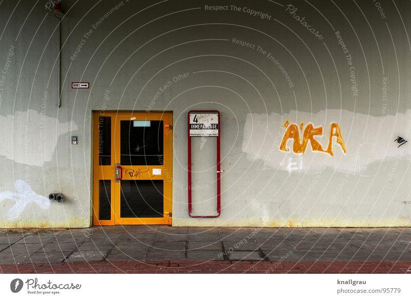 Tristesse in Gelb Haus dunkel Traurigkeit Gebäude Graffiti Wohnung Tür Armut Fassade trist Häusliches Leben Eingang anonym Putz sozial