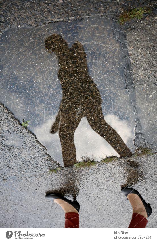verkehrte welt feminin 1 Mensch Umwelt Wasser Herbst Klimawandel schlechtes Wetter Regen Wege & Pfade Schuhe rennen gehen Bürgersteig Fuß nass Jahreszeiten