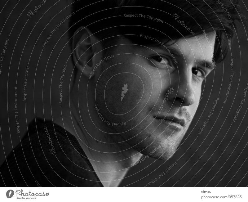 . Mensch Jugendliche Junger Mann dunkel Traurigkeit maskulin beobachten Coolness Konzentration Wachsamkeit Mut Stress Respekt Ausdauer Willensstärke Nervosität