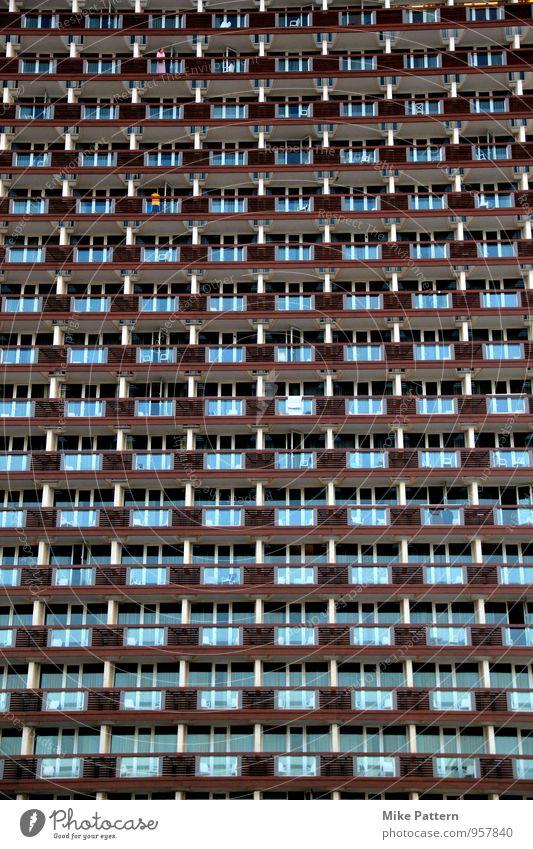 Wall of Balcony Haus Hochhaus Bauwerk Gebäude Balkon sitzen stehen Aggression groß blau braun Farbfoto Außenaufnahme Abend Dämmerung Licht