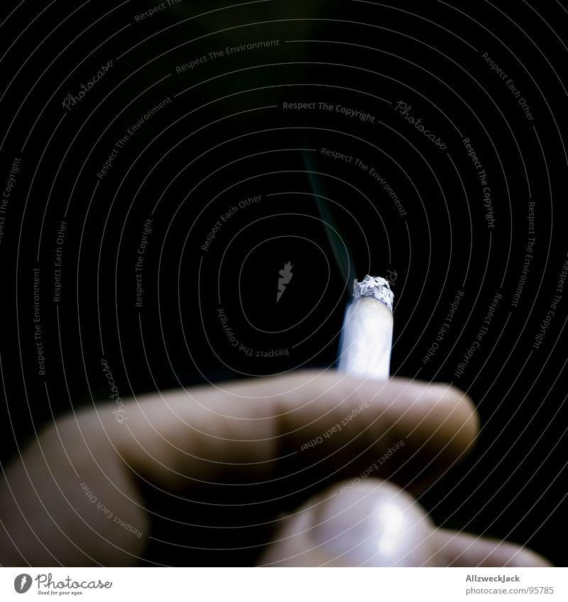 Zug um Zug Mann Hand Suche Rauchen Vergänglichkeit Stoff Zigarette genießen Rauschmittel Verbote glühen Glut Abhängigkeit Tabak Nikotin fatal