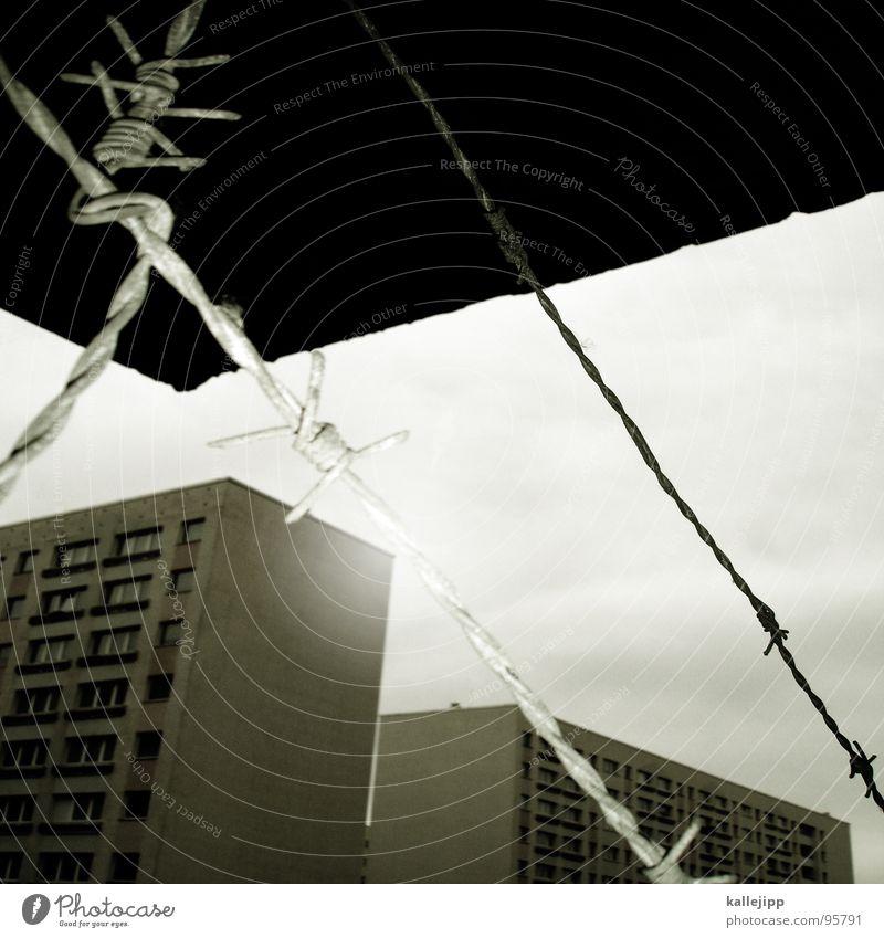 verbotene liebe Stacheldraht Draht Verbote Grenze Dach Vordach Hochhaus Balkon Fassade Fenster Wohnanlage Stadt rund Pastellton Beton Etage Selbstmörder Raum
