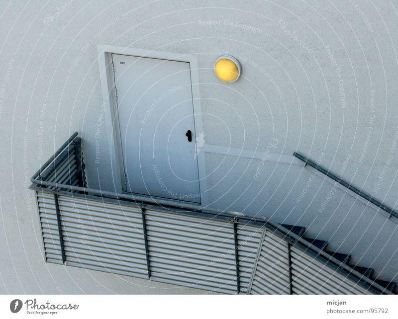 Hint ert ür geschlossen Licht Lampe gelb grau Wand Eingang Enter eintreten Griff graphisch Linearität Beleuchtung Farbfleck Durchgang Haus Fassade kalt