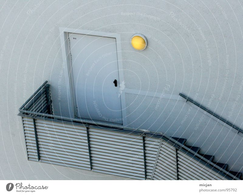 Hint ert ür Haus gelb Lampe kalt Wand oben grau Stein Linie hell Beleuchtung Metall Tür hoch Fassade
