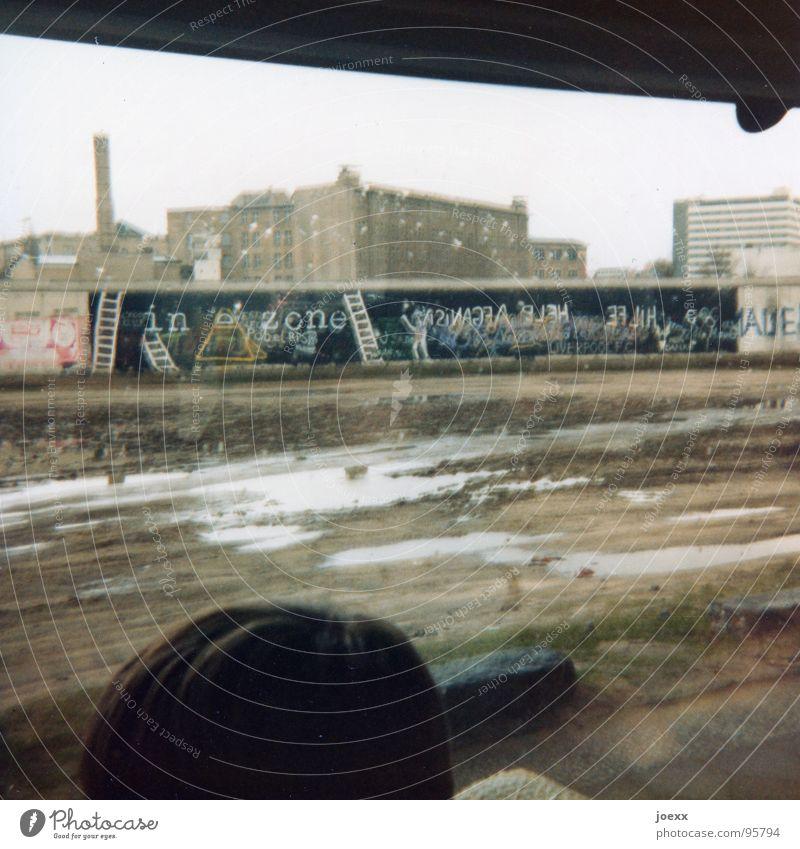 … und raus bist du! I Berlin Tod Traurigkeit Mauer Deutschland gehen Grenze Denkmal Vergangenheit Teilung historisch Bus DDR Wahrzeichen Flucht Wiedervereinigung