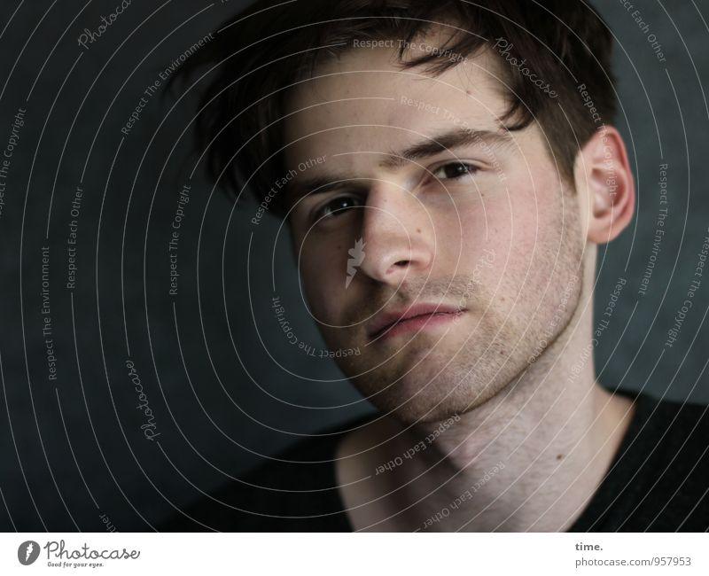 . maskulin Junger Mann Jugendliche 1 Mensch T-Shirt kurzhaarig Locken Dreitagebart beobachten Blick warten schön Zufriedenheit Coolness Mut Wachsamkeit Vorsicht
