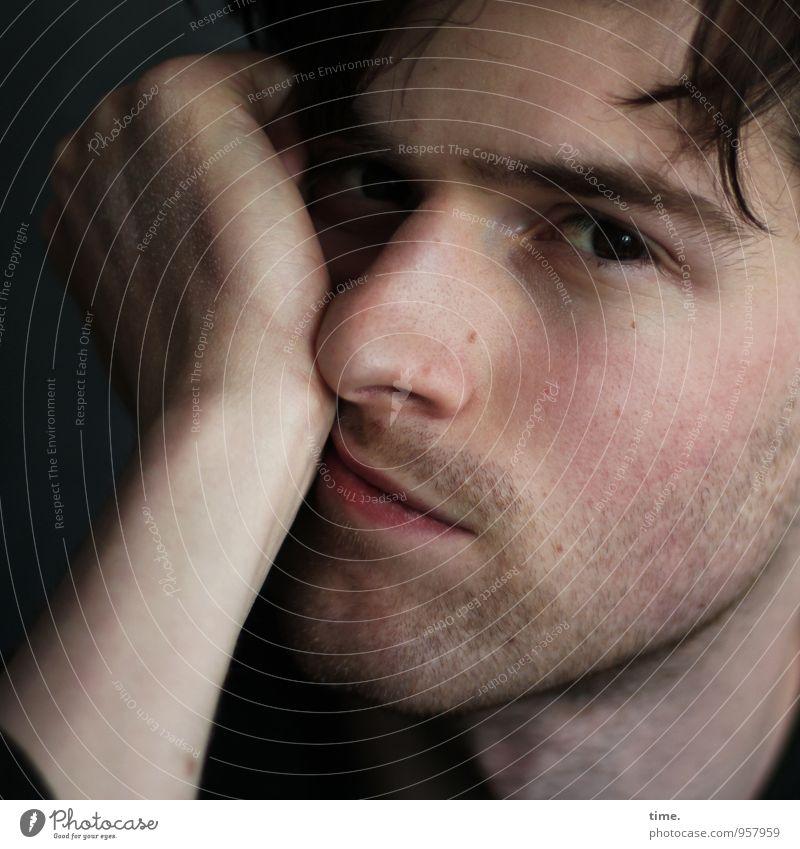 . maskulin Junger Mann Jugendliche 1 Mensch brünett kurzhaarig Dreitagebart beobachten warten Coolness Verschwiegenheit Wachsamkeit Vorsicht Gelassenheit
