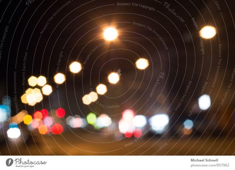 Straßenlichtpunkte Straßenverkehr Ampel Laterne Licht blau gelb orange rot weiß Lichtspiel Lichtpunkt Stadtlicht Farbfoto mehrfarbig Außenaufnahme Nacht