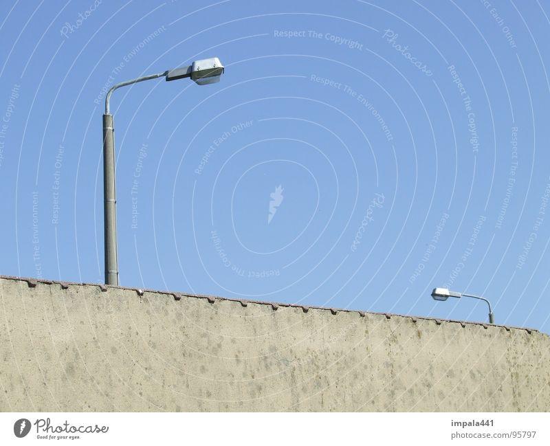 illumination Wand Laterne Straßenbeleuchtung Licht Verlauf 2 klein groß Backstein Putz Mauer Festung verfallen Himmel blau Beleuchtung Größe Linie