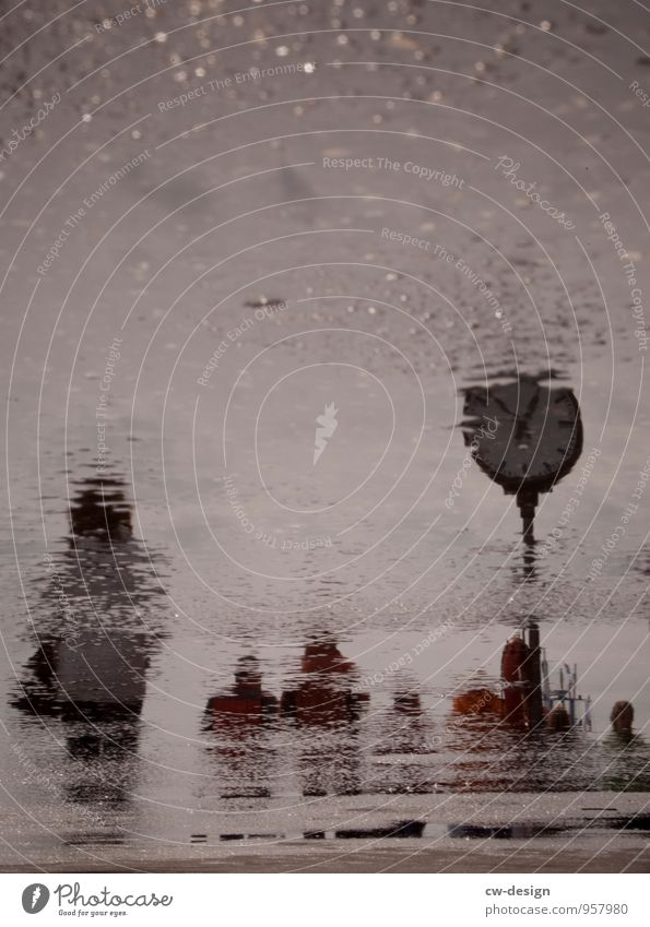 Typisch Hamburg Freizeit & Hobby Tourismus Sightseeing Städtereise Uhr Mensch schlechtes Wetter gehen kalt maritim nass trist grau Traurigkeit Endzeitstimmung