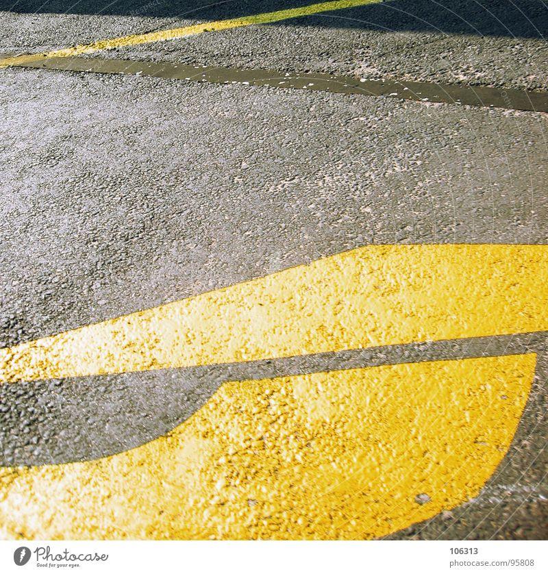ZIELLOS gelb Straße Wege & Pfade Linie fahren rund Asphalt Pfeil Richtung Hinweisschild Verkehrswege Geometrie Bogen Dreieck gekrümmt Fahrbahn