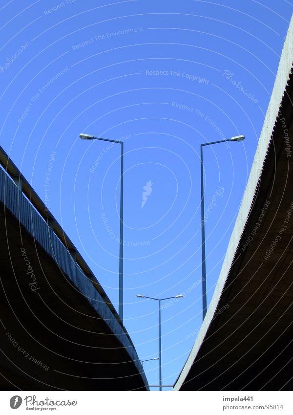 unter der brücke Himmel blau Beton Verkehr Industrie Brücke Dresden Laterne Verbindung Verkehrswege Schönes Wetter Straßenbeleuchtung Hochstraße
