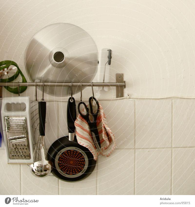 Küche_04 kochen & garen Pfanne Reibeisen Wand weiß Haushalt Ernährung Fliesen u. Kacheln scheere Schöpfkelle Topflappen