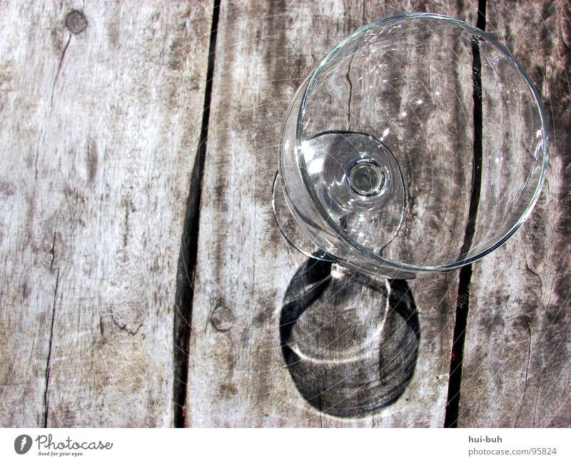 Ein Schlückchen Wein gefälligst? Tisch Holz Weinglas Restaurant Winzer Spiegel Spiegelbild trinken Getränk Mittag Steg heiß Strand Küste Reichtum nobel teuer