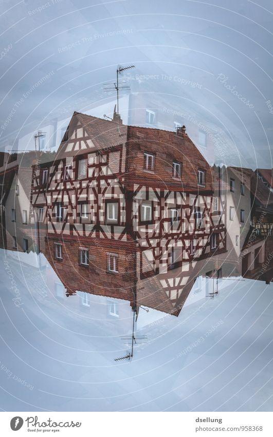 Kleine Welt Dorf Haus Einfamilienhaus Gebäude Fachwerkhaus Fachwerkfassade Mauer Wand Fenster Dach Antenne Häusliches Leben alt authentisch elegant Originalität