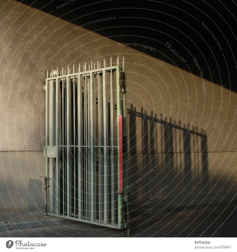 lass uns verschwinden Pferch Eingang Ausgang Gesetze und Verordnungen driften gehen Einfahrt Sonnenlicht Haus Wand Zaun Gitter Architektur Tor Spitze police
