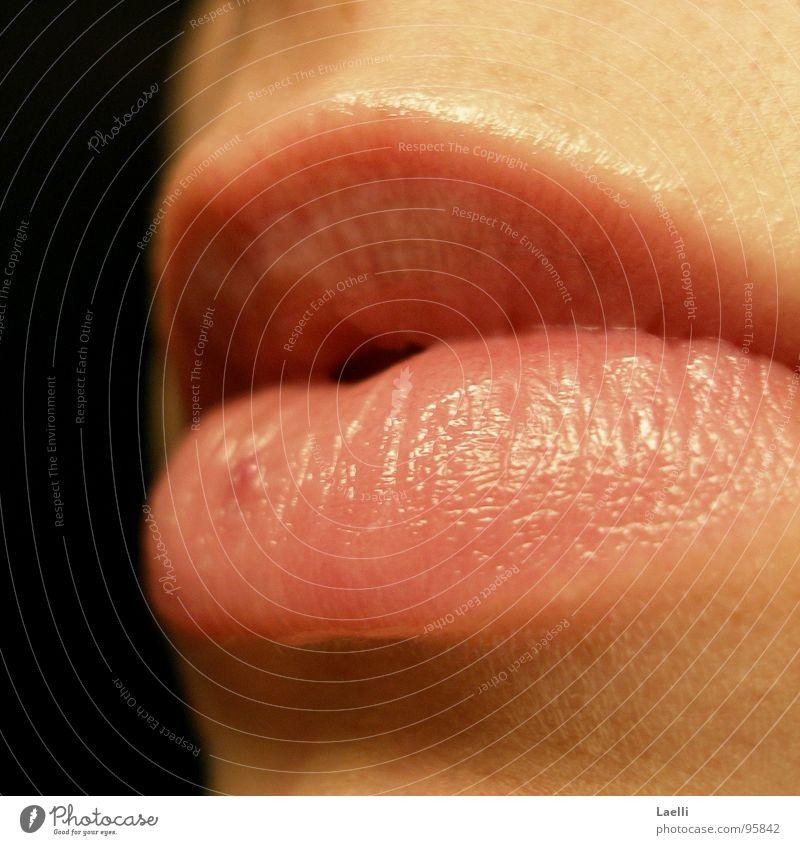 ...sag nichts... Frau ruhig hell Mund rosa Haut Lippen Vor dunklem Hintergrund