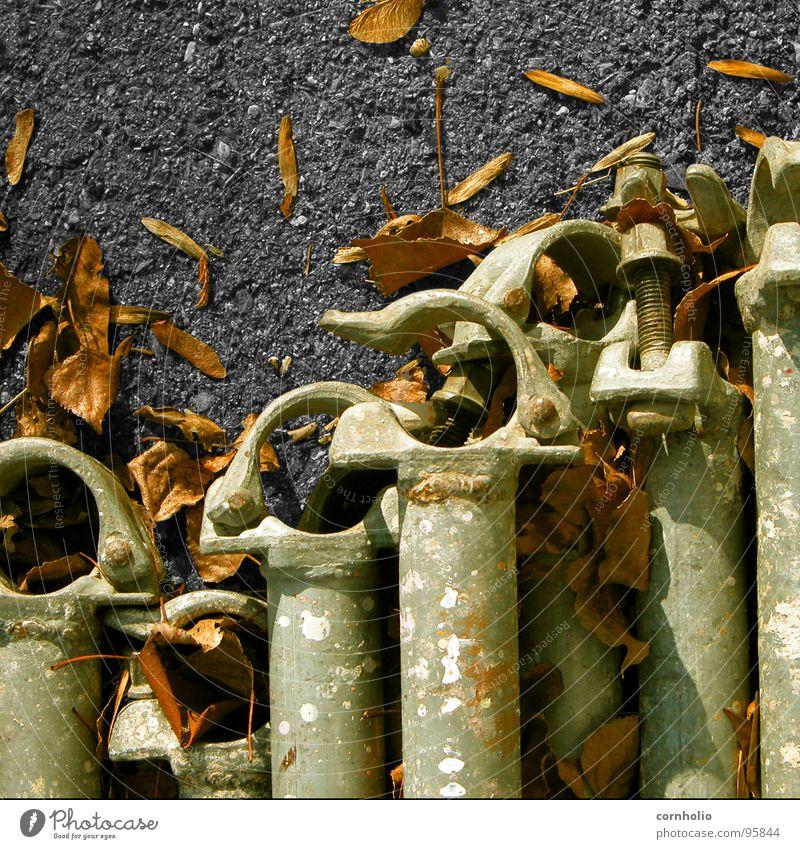 rohre Blatt Herbst Beton lang Stahl obskur Eisenrohr Schraube Blech Baugerüst Verschluss Gerüstbauer