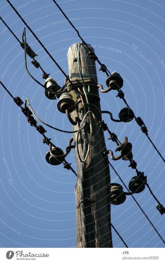 Alter Mast Elektrizität Telekommunikation Strommast Leitung freischwebend alt