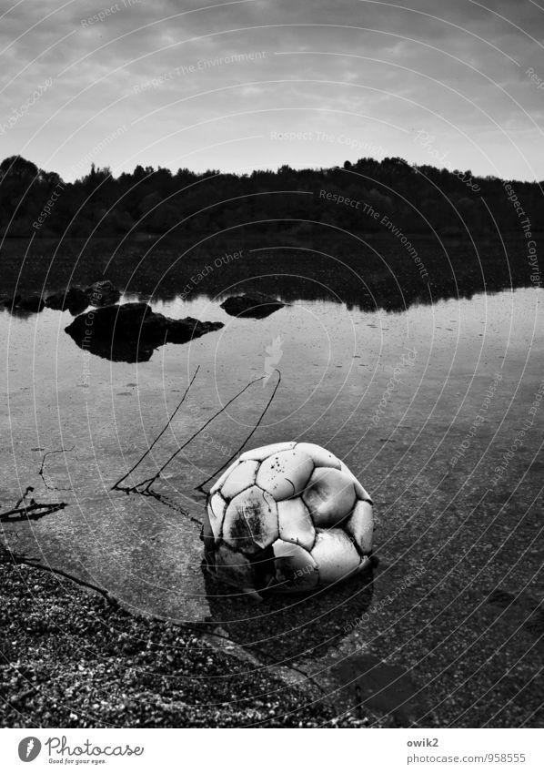 Abseits Fußball Leder Umwelt Natur Landschaft Sand Wasser Himmel Horizont Zweig Seeufer liegen Traurigkeit warten dreckig kaputt Krankheit trist Gefühle