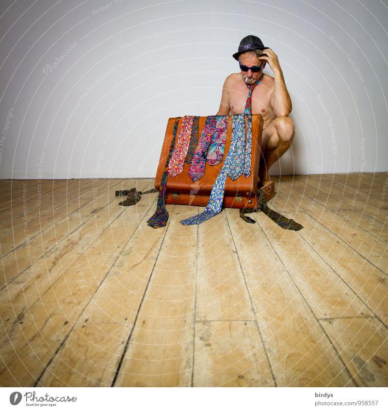 Nackter Mann mit Sonnenbrille, Hut und einem alten Koffer voller Krawatten in nachdenklicher Pose Stil Erwachsene Körper 1 Mensch 30-45 Jahre 45-60 Jahre Denken