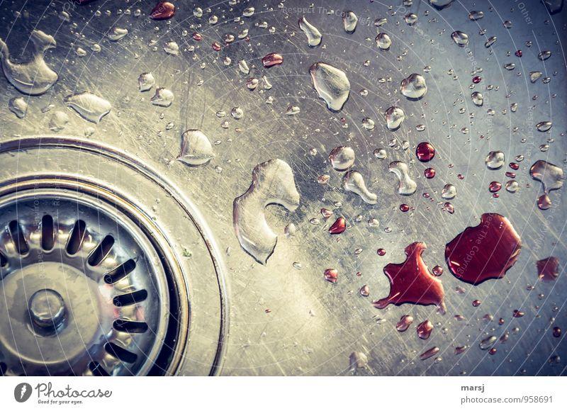 Kleines Missgeschick? Wasser rot dunkel kalt Gefühle träumen Angst trist verrückt Wassertropfen bedrohlich Reinigen Tropfen gruselig Stahl bizarr