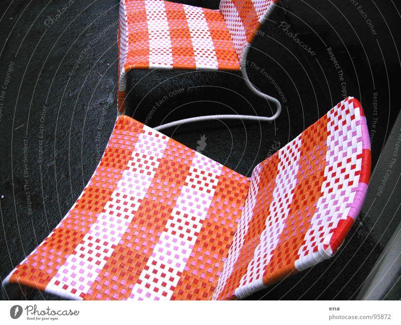 ruhetag Herbst Linie orange Regen sitzen Platz stehen Perspektive Pause Ecke Stoff Stuhl Kunststoff Asphalt Gastronomie Café