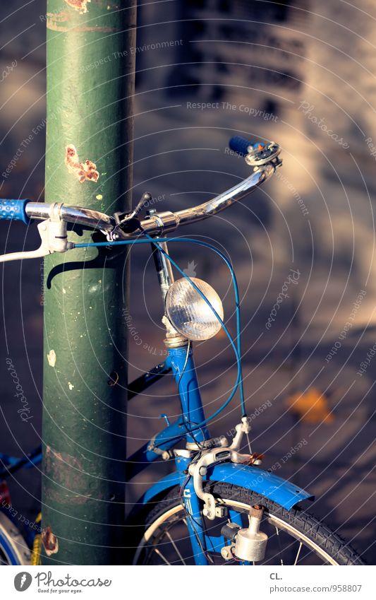 blaues fahrrad blau Straße Herbst Wege & Pfade Freizeit & Hobby Verkehr Fahrrad Schönes Wetter Fahrradfahren Pause Straßenbeleuchtung Verkehrswege parken stagnierend Fahrradrahmen Verkehrsmittel