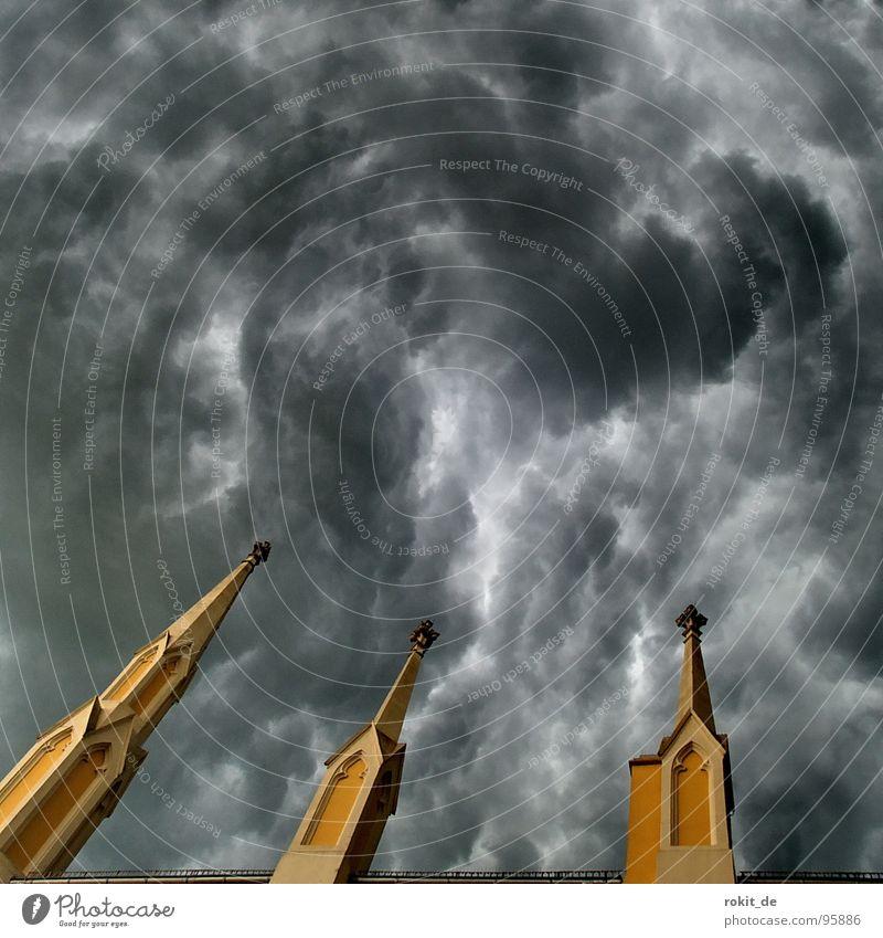 Himmel und Hölle Götter Teufel Unwetter Wolken Kirchturm schwarz dunkel gelb gefährlich Gotteshäuser nass Schwüle Physik heiß Apokalypse Desaster