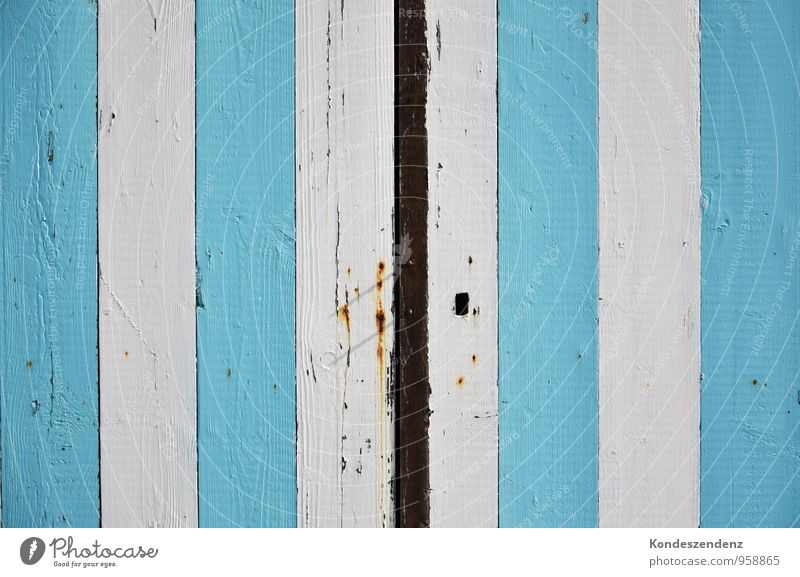 blau-weiß gestreift heimwerken Sommer Sommerurlaub Strand Anstreicher Baustelle Zirkus Hütte Tor Tür Holz Arbeit & Erwerbstätigkeit hell Farbfoto Außenaufnahme