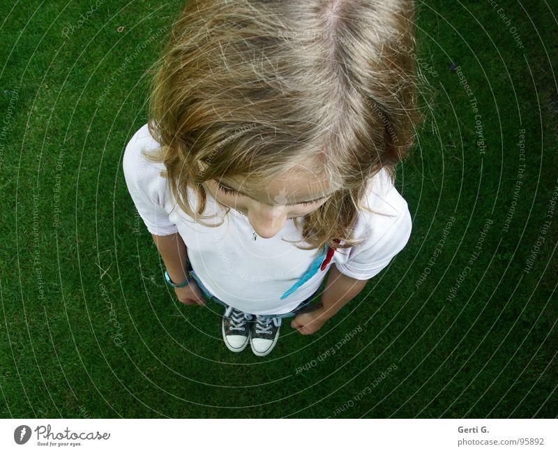 vom Scheitel bis zur Sohle Kind Jugendliche Mädchen weiß grün Wiese Gefühle Haare & Frisuren Kopf Schuhe blond klein Perspektive Wachstum Rasen T-Shirt