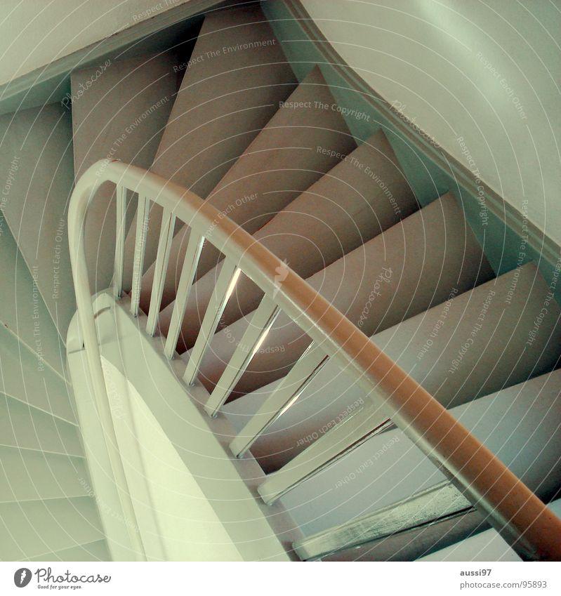 Treppab... Treppengeländer Flur Haus gehen unten aufwärts abwärts Häusliches Leben herauf heruntergehen heraufgehen