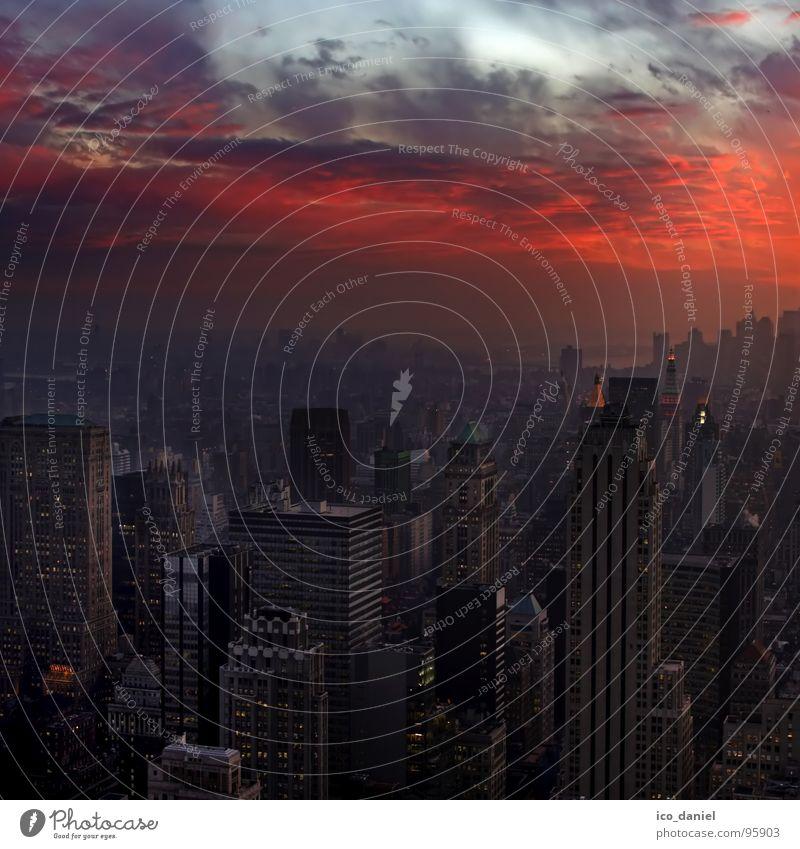 Gotham City - New York Himmel Stadt rot schwarz Haus dunkel Herbst Stimmung Angst Klima Hochhaus bedrohlich einzigartig Unendlichkeit violett fantastisch