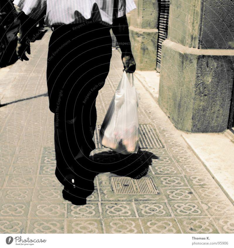 Walkin Barcelona Bürgersteig Mauer Fassade Hose Hemd Spaziergang kaufen gehen verfolgen Gully gehsteig Stein Fliesen u. Kacheln Beine Fuß sackerl Kunststoff