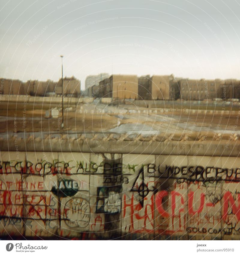 … und raus bist du! II Berlin Tod Freiheit Traurigkeit Mauer Graffiti Deutschland gehen Macht trist Grenze Denkmal Vergangenheit Teilung historisch DDR