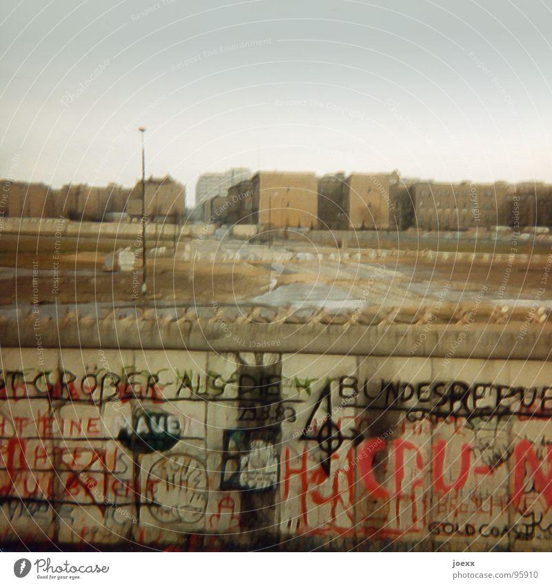 … und raus bist du! II gehen Alliierte Berliner Mauer Denkmal DDR gefangen Flucht Flüchtlinge Grenzanlage Grenze Grenzsoldat historisch Deutschland Osten