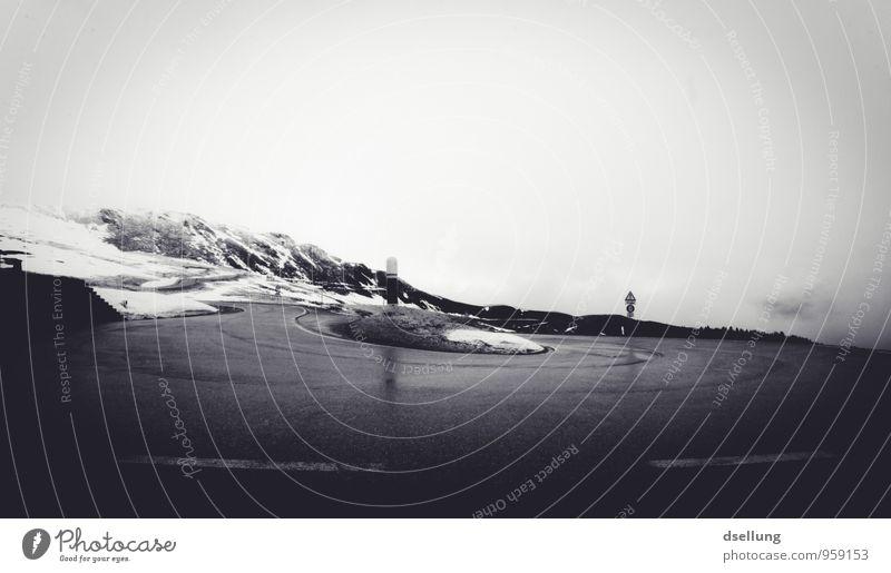 umdrehen und weitermachen. Alpen Berge u. Gebirge Schneebedeckte Gipfel Straße Kurve Serpentinen Pass dunkel kalt Verantwortung achtsam Traurigkeit Sorge Trauer