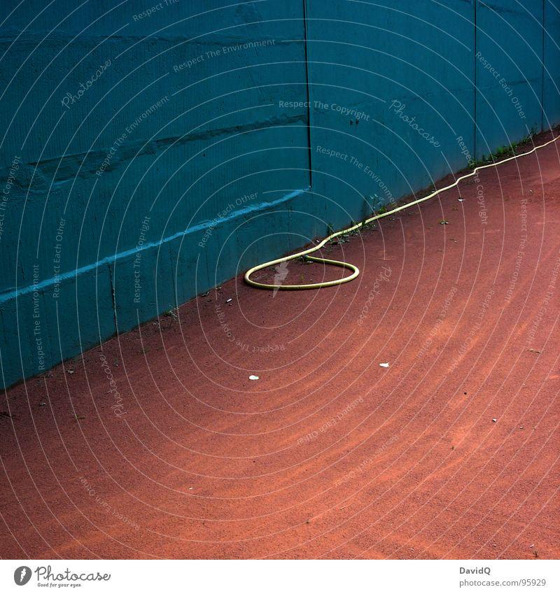 court corner Wand Platz Spielen Tennis Schlauch Gartenschlauch Lasso Tennisplatz Staub trocken gießen Ballsport Spielfeldrand color clash übelste Farben