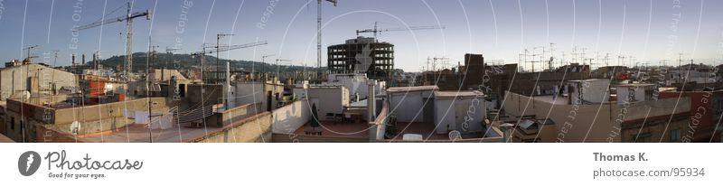 Rooftop Romance feat. Construction Cranes & Antennas en masse Stadt Haus Architektur groß Hochhaus Aussicht Dach Baustelle Konstruktion Kran Barcelona Panorama (Bildformat)