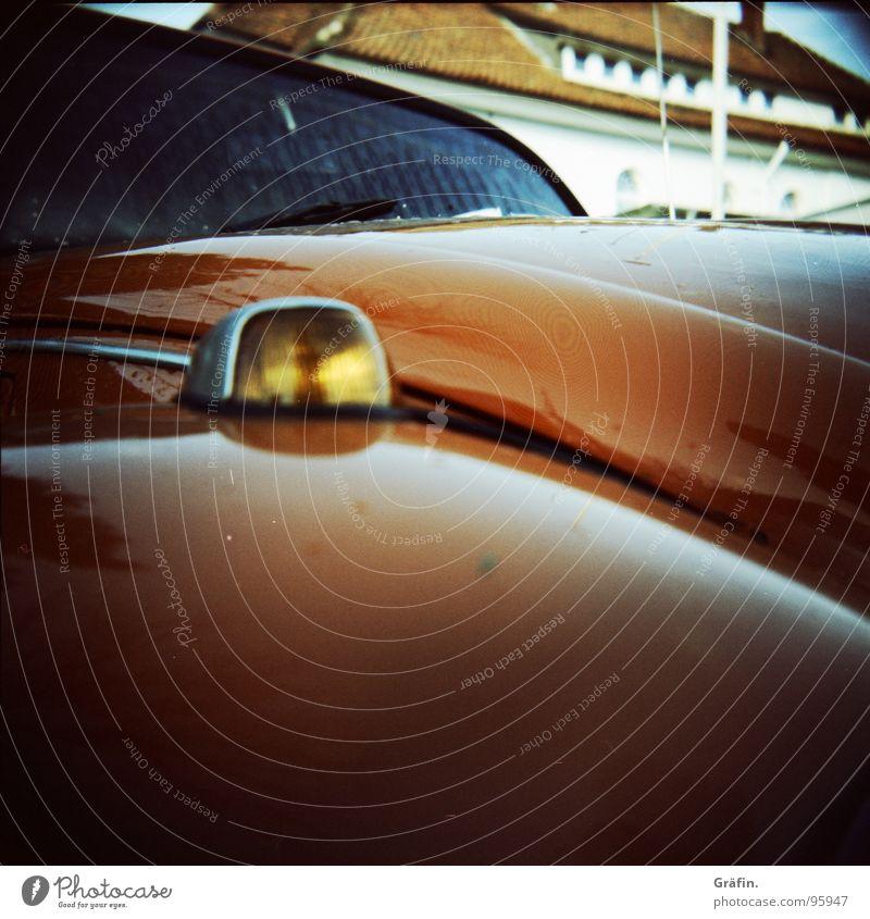 Automobil rot Blech Haus Windschutzscheibe Scheibenwischer fahren Reflexion & Spiegelung Hotel Fahnenmast Fenster Dach Motorhaube Holga Rollfilm Dorf