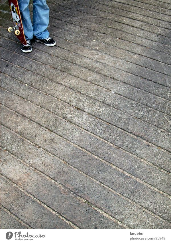 Nicht Ideal rot Freude Spielen Freiheit grau stehen Streifen Skateboarding Teer Rolle Funsport unmöglich