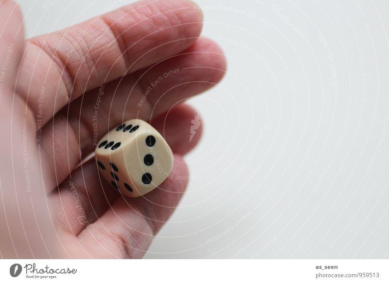 Glück im Spiel ... Erwachsene Leben Hand Finger 1 Mensch Würfel Kunststoff Zeichen Ziffern & Zahlen Spielen authentisch Freundlichkeit modern Laster