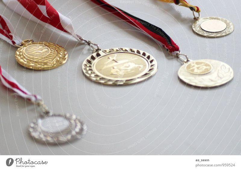 Medaillenregen Leben Sport Schwimmen & Baden glänzend gold Kindheit Erfolg Gold Fitness rund Zeichen Kunststoff sportlich Mut hängen Sportveranstaltung