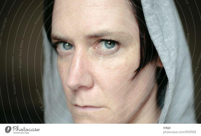 Frag nicht. Lifestyle Stil Frau Erwachsene Leben Gesicht 1 Mensch 30-45 Jahre Kapuze Denken Kommunizieren Blick Konflikt & Streit kalt Wut Gefühle Stimmung